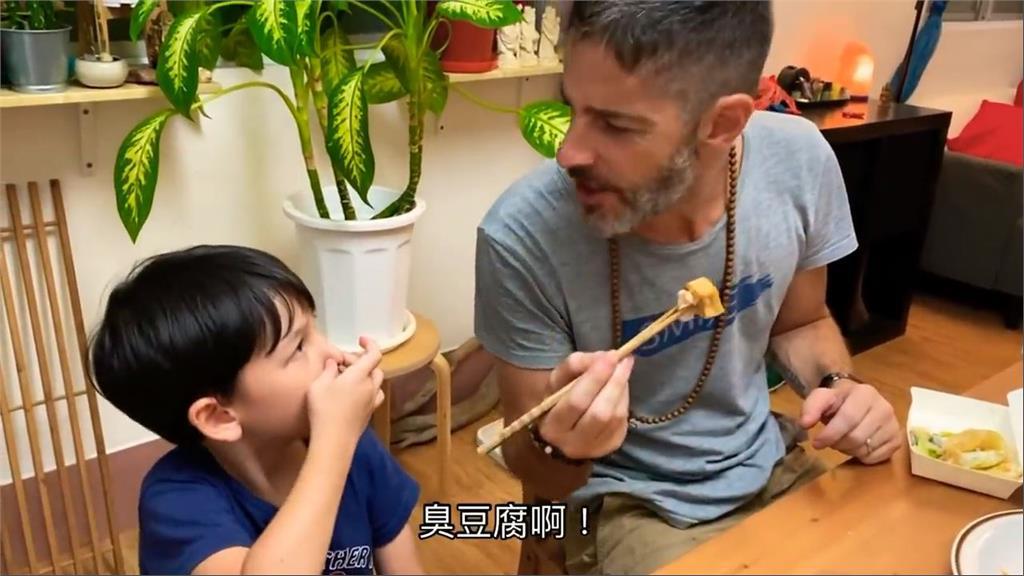 加拿大男子餵兒吃臭豆腐 小朋友一入口就比讚