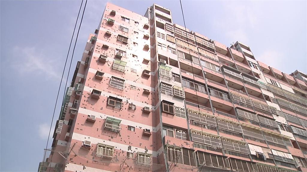 大樓落磁磚雨 1500萬整修費用住戶不出  管委會架漁網 住戶經過戴安全帽
