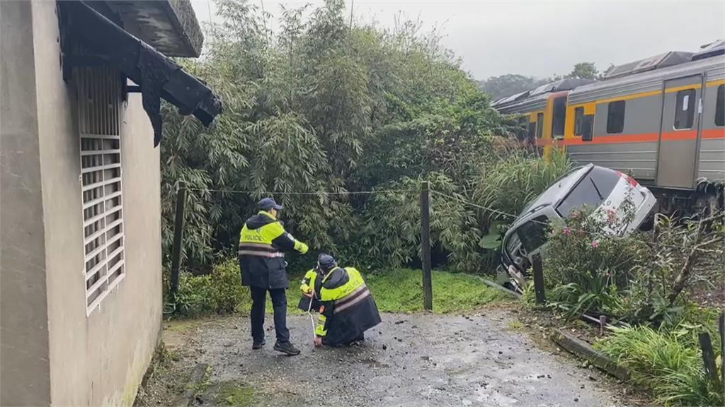 台鐵平溪段 休旅車撞上區間車 疑違規穿越平交道 幸無人傷