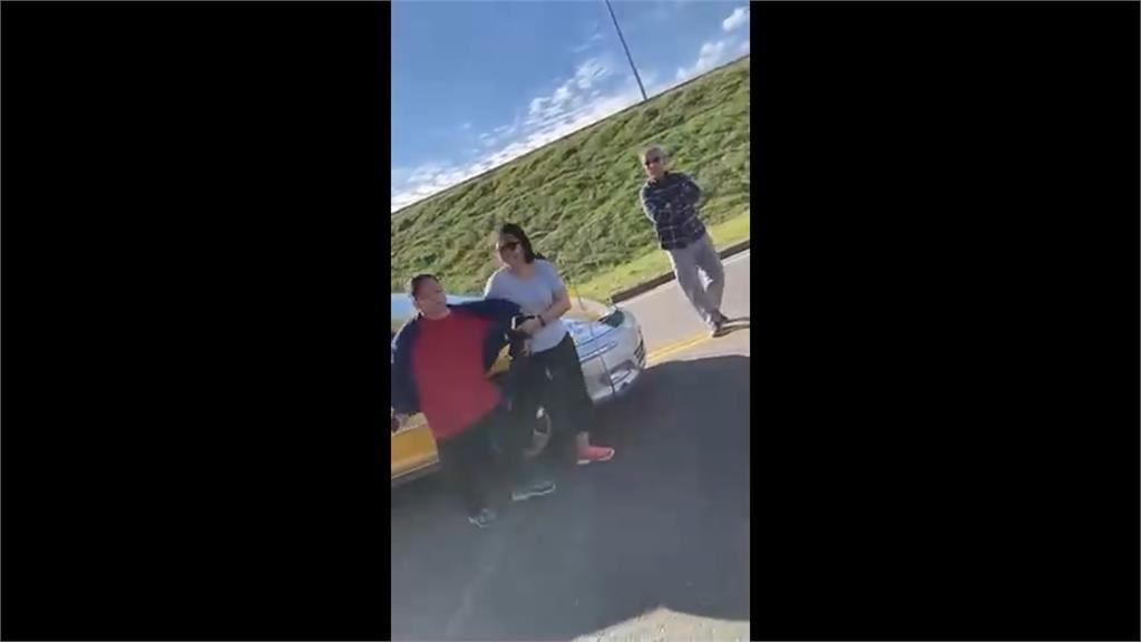騎士控遭小黃逼車.追撞 路中央爆嚴重口角