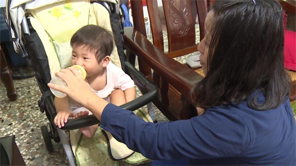 超療癒吃貨寶寶!奶瓶靠近嘴角馬上上揚