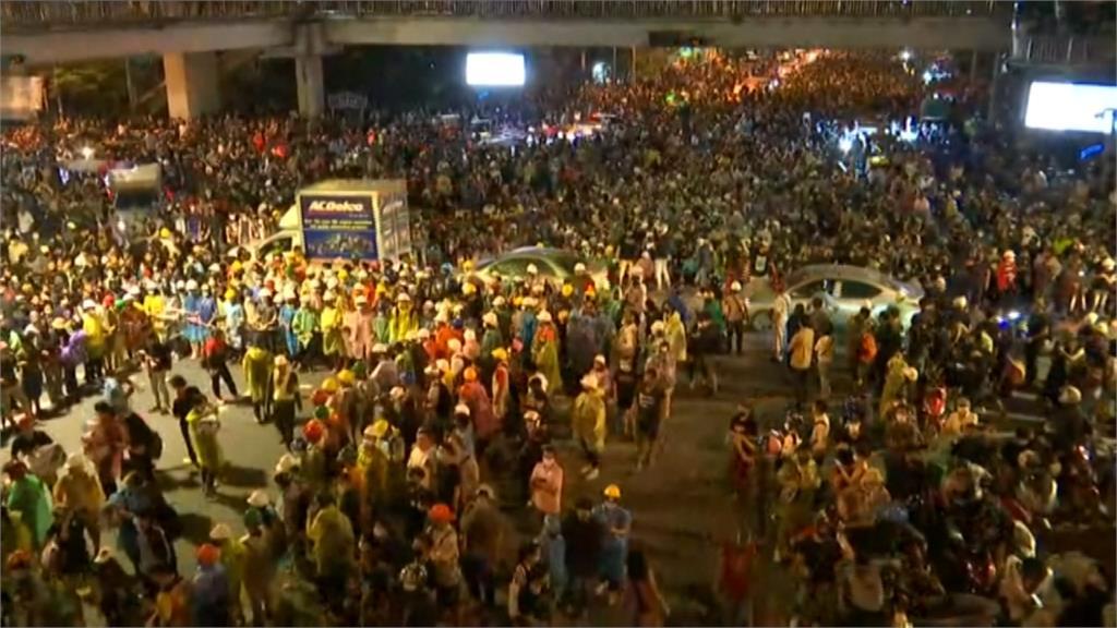 「巨型辭職信」要帕拉育3天下台泰國反政府示威解散「回家再見」