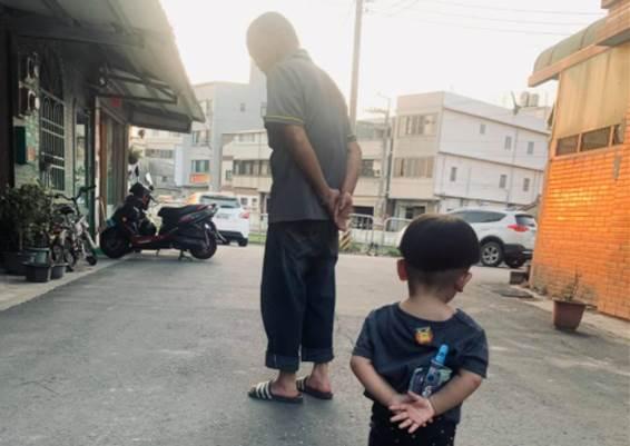 一張背影照洩「孩子是阿公帶大的」 破萬人笑翻認證:我們家也是!