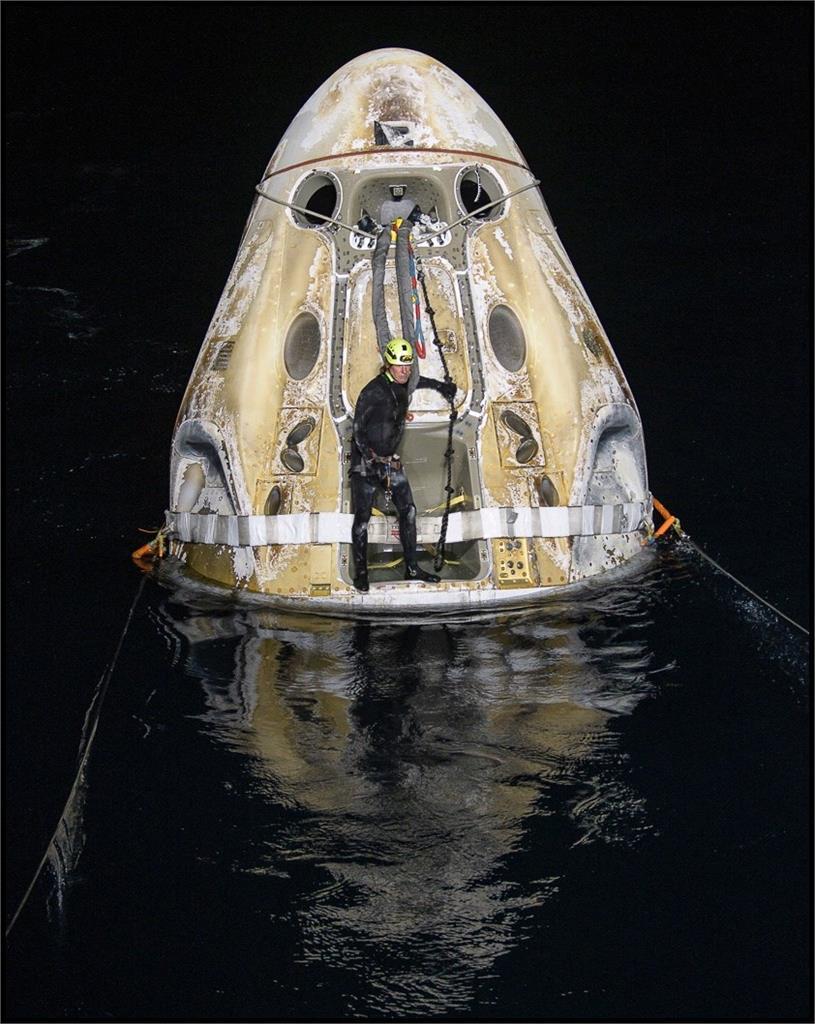 SpaceX太空船返抵地球 NASA逾50年首次夜間海上降落[影]