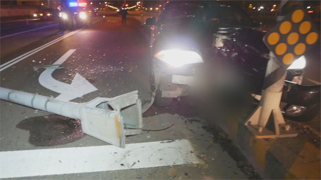 台中駕駛自撞安全島 燈桿斷裂橫倒馬路