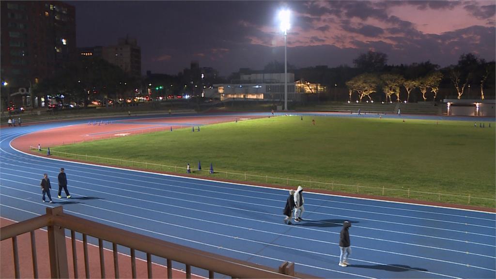 新竹市田徑場新裝「飛利浦LED照明」!民眾夜跑減負擔