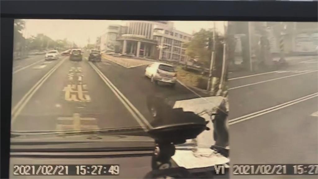 音樂太大聲沒聽到鳴笛!轎車路口直撞 救護車「瞬間飄移」