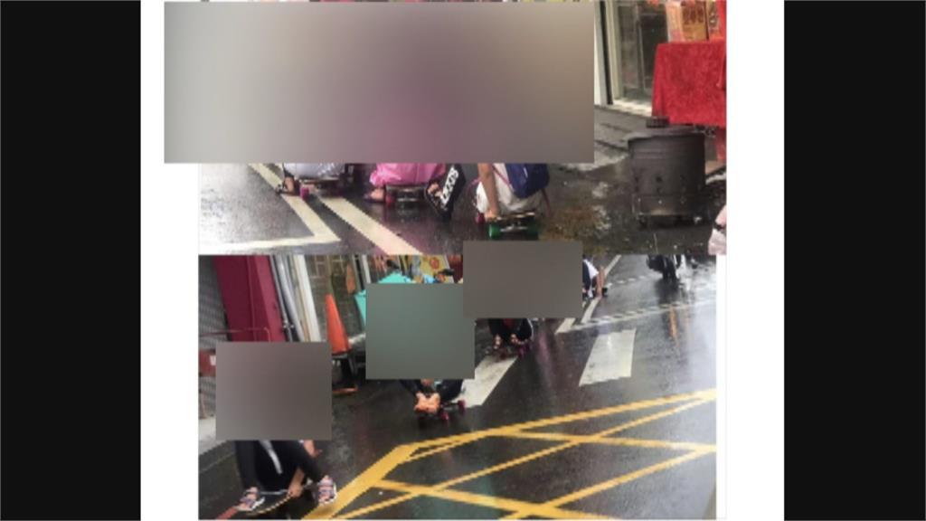 危險!8童撐傘穿雨衣溜滑板 穿越竹山鎮鬧區馬路