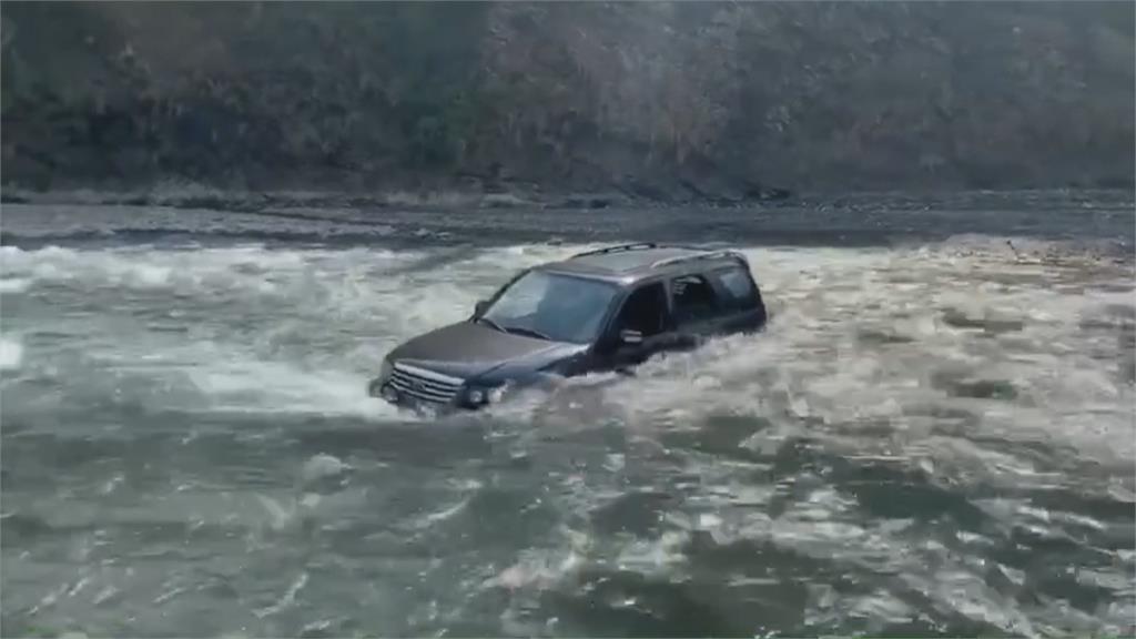 溯溪車輛受困溪床險滅頂  警馳援助脫困