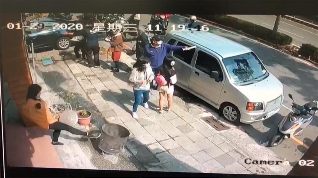 女闖罷韓連署點踢金爐、要口罩 遭移送稱:不滿燒金紙空氣汙染
