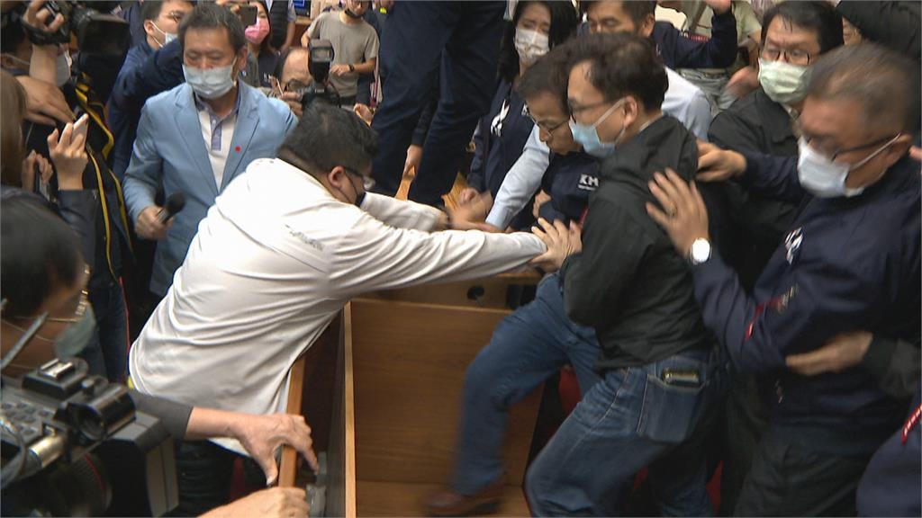 為審國務機要費除罪化案 立院再爆激烈肢體衝突