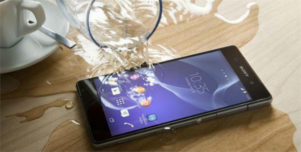 手機泡水不要慌!4 步驟急救法分享 避開 NG 行為手機還有救!