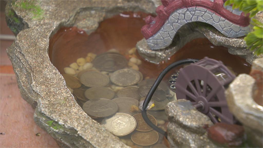外送員取餐伸出第三隻手 偷店家聚寶盆硬幣