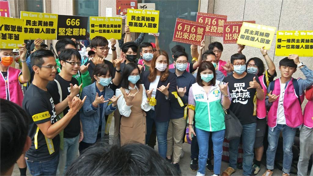 快新聞/罷韓黃絲帶進軍台北 跨黨派力挺、排隊人龍環繞台北車站