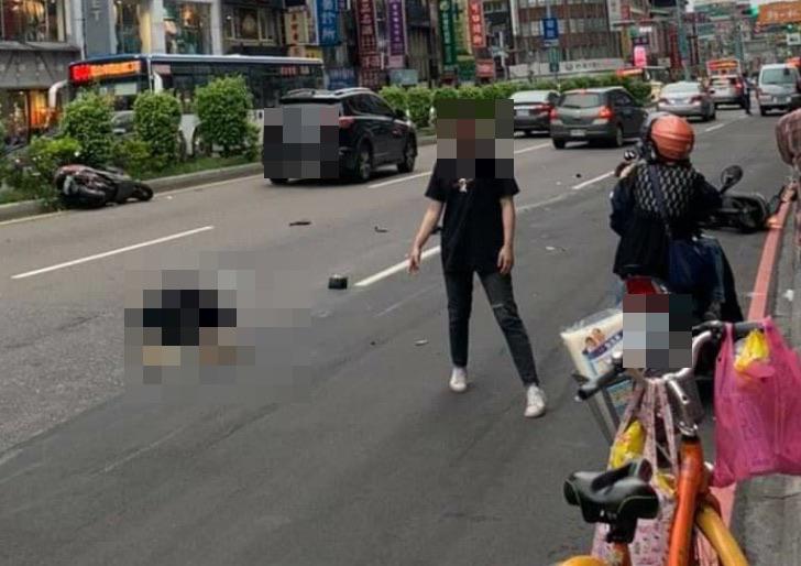 快新聞/新店小客車失控暴衝追撞汽機車 1人送醫急救後宣告不治