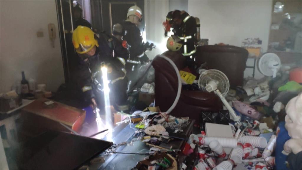公寓大樓失火!起火點屋內堆滿雜物垃圾