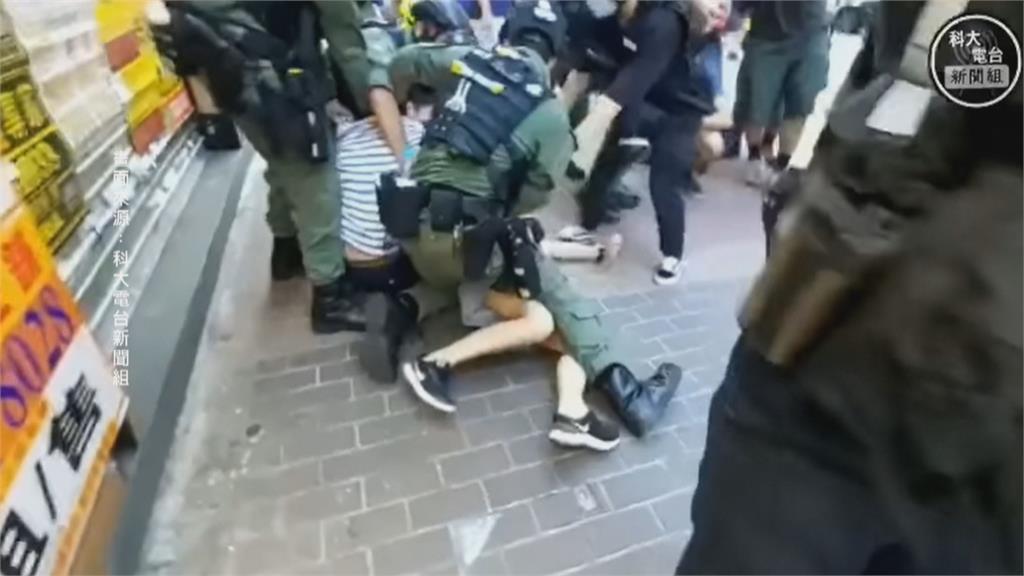 買個顏料也有事? 港警鎮壓遊行 竟飛撲壓制12歲女童