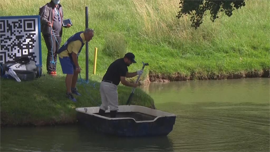 歐巡英雄賽奇景!小白球飛到湖中島 瑞典選手霍姆坐船去救球