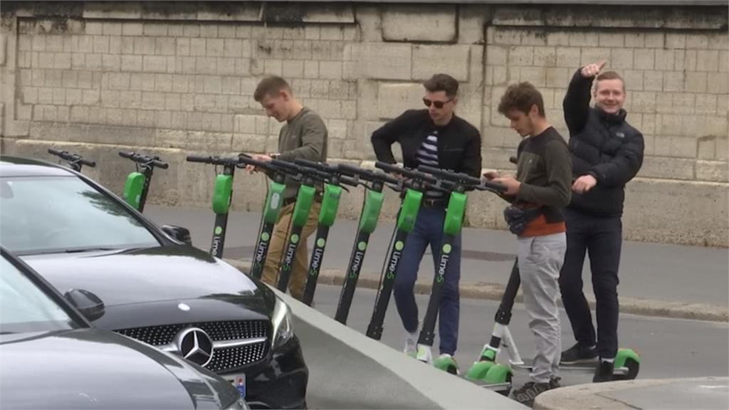 違規事故頻傳!巴黎管制共享電動滑板車