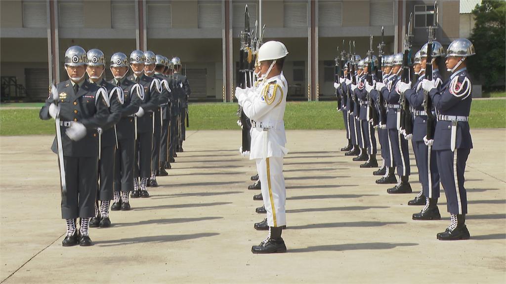 中國軍機亂不停15小時內2度擾台!三軍儀隊「無軍樂」操演展現好默契