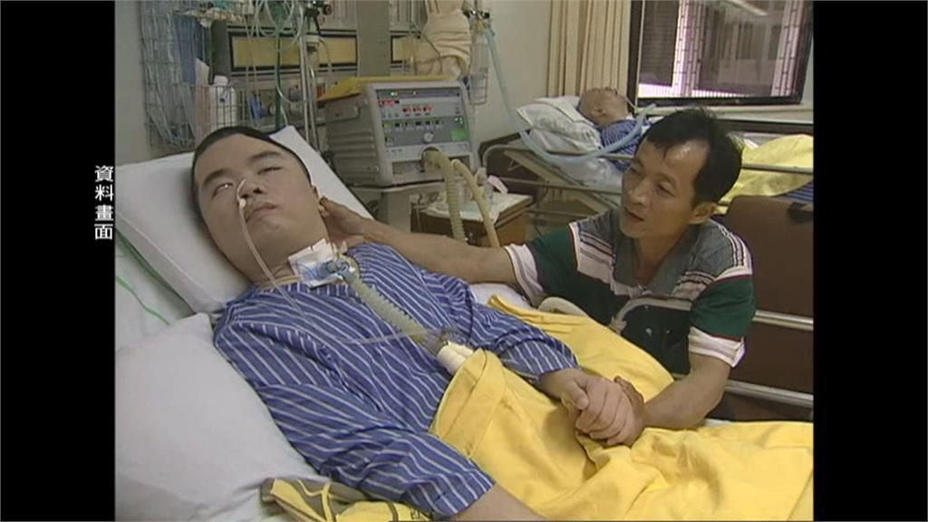 勇警遭轟腦成植物人!「父照顧23年」在床邊握著手看愛兒離開