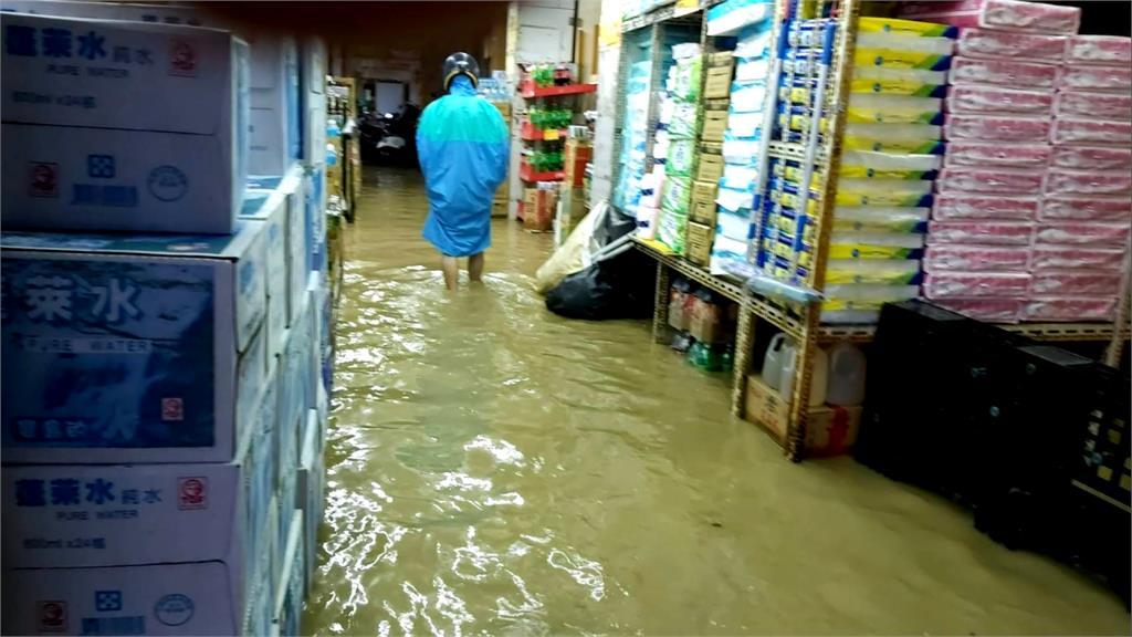 變「泡水一條街」!疑抽水機故障釀大淹水 店家叫苦連天