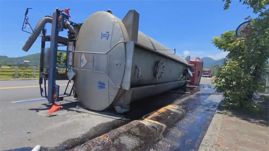 濃濃刺鼻味!化學槽車自翻  20噸強酸流路面