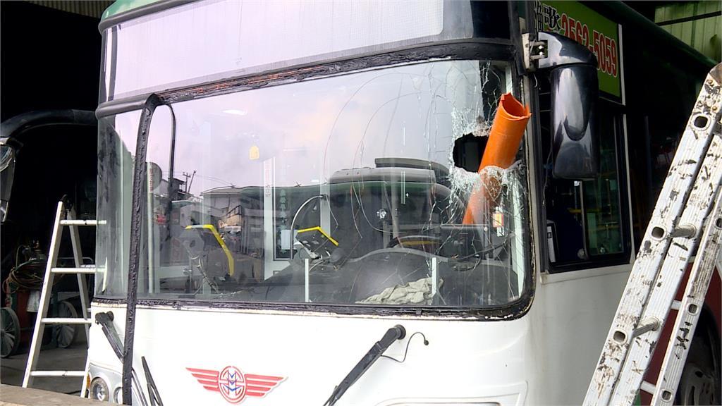 公車驚魂!對向貨車水管斜放 司機驚險逃死劫
