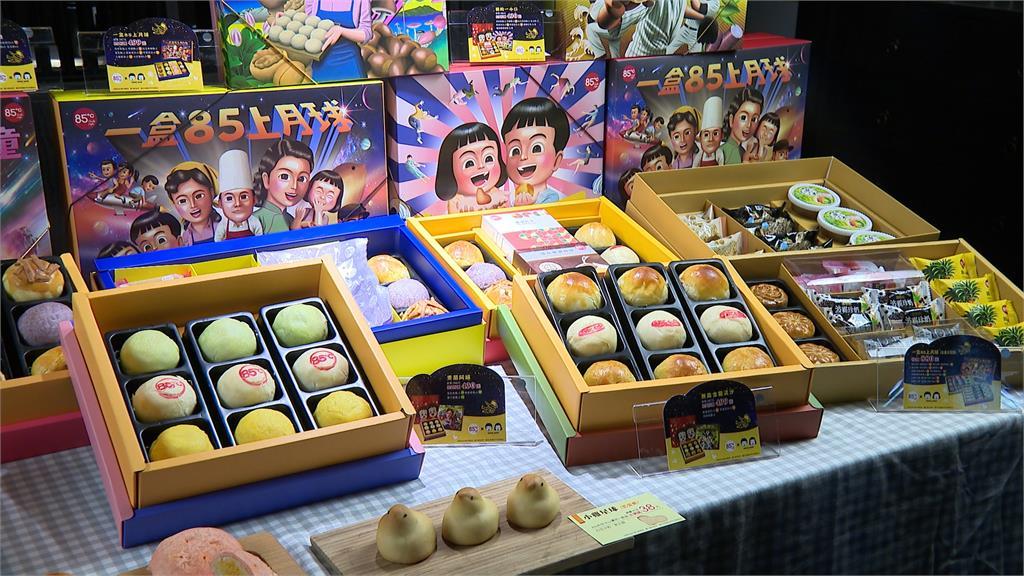 不只有服裝設計師「APUJAN」文青風月餅! 本土插畫家「二搞」將50年代台灣人情味以禮盒呈現 喜憨兒月餅禮盒找來「幾米」合作