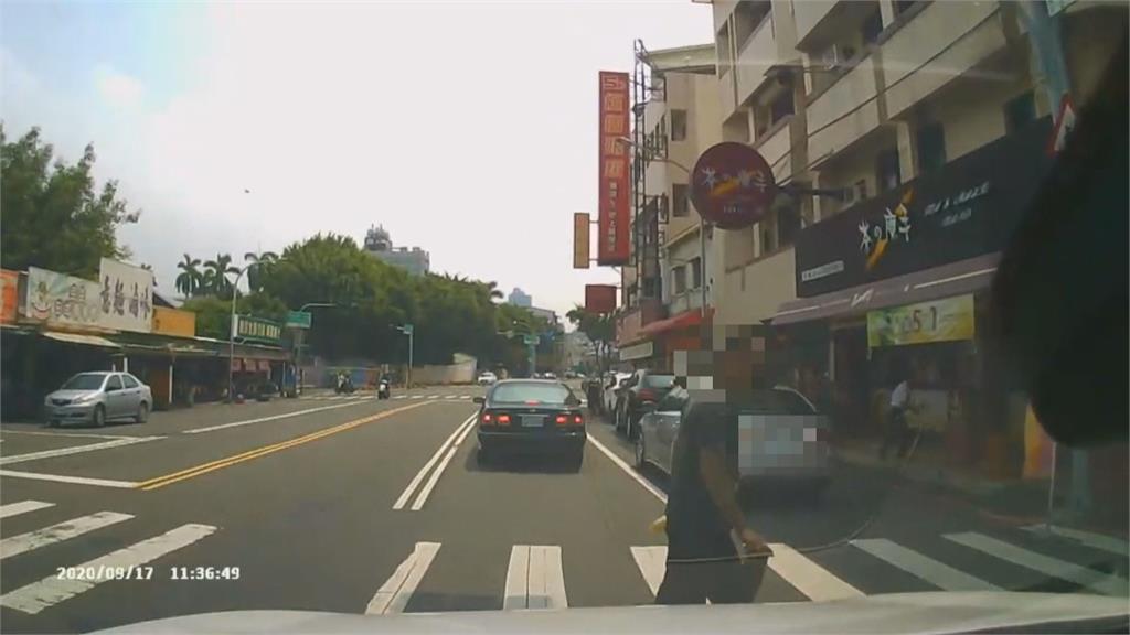 傻眼!行人闖紅燈穿越馬路不爽被叭朝車內丟飲料就落跑