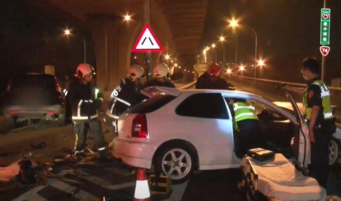 快新聞/台中市2車搶上匝道追撞 休旅車車頭被削斷