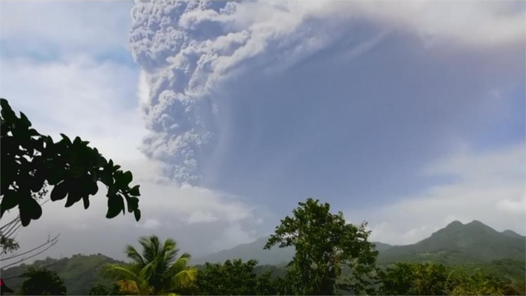 休眠42年!台灣友邦聖文森「索夫瑞火山」爆發 灰煙高達15公里破紀錄