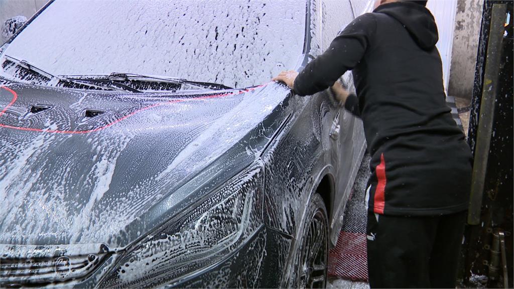 累壞?洗車四天突然請假 五寶爸:我發燒了