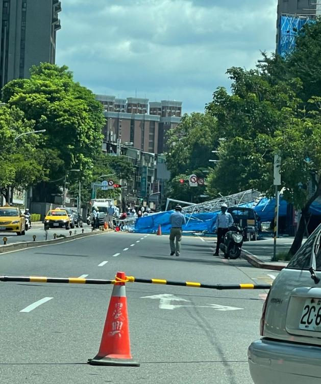 快新聞/亞東醫院旁施工鷹架突倒塌 嚇壞停等紅燈騎士