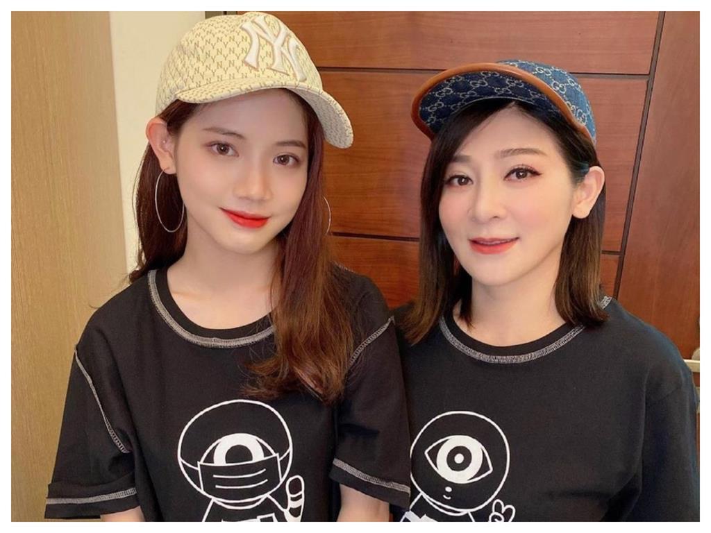 合體暖挺醫護!王彩樺正妹女兒意外「撞臉女團成員」 網驚:神基因