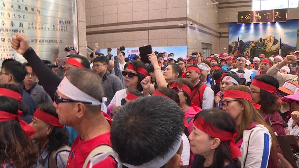 不滿花蓮黨部主委被停權 200人衝國民黨抗議