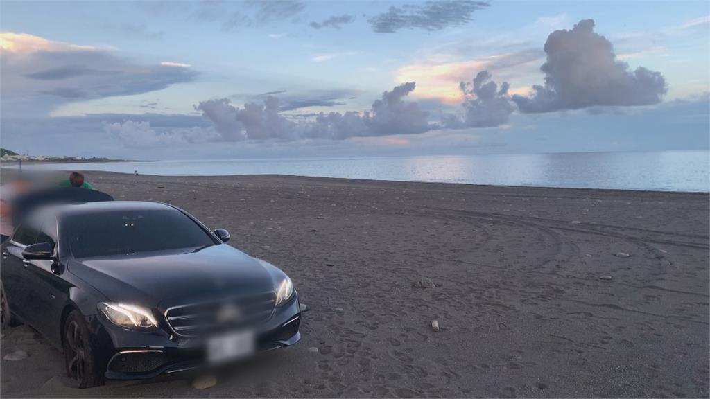 台東海景優美 又有車「輪」陷了駕駛見有車就跟進百萬名車糗卡沙灘