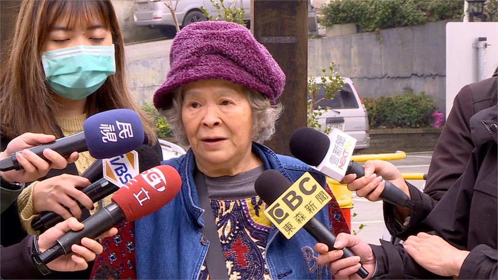 68歲嬤成夜店網紅 扭腰熱舞年輕人搶合照