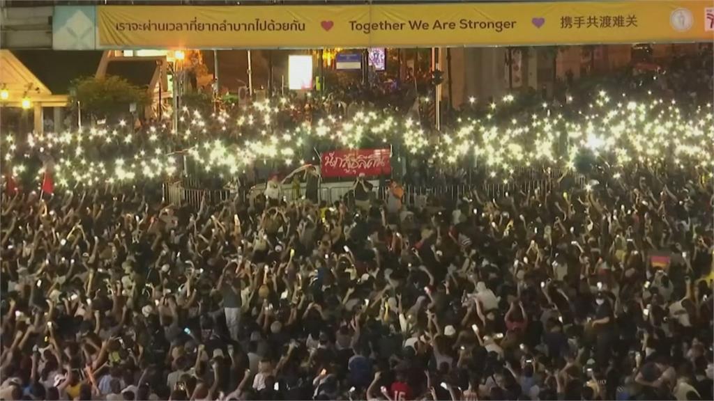 快新聞/無視緊急命令! 千名泰國示威者街頭抗議 遭警方強力水柱噴灑驅散