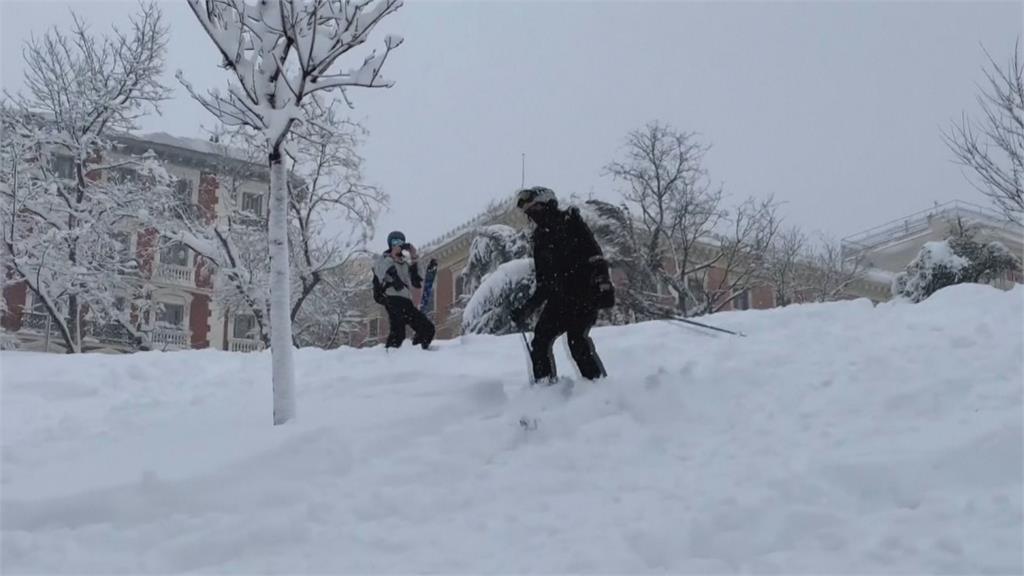 西班牙近50年最大暴風雪積雪深達30公分 首都馬德里成滑雪場
