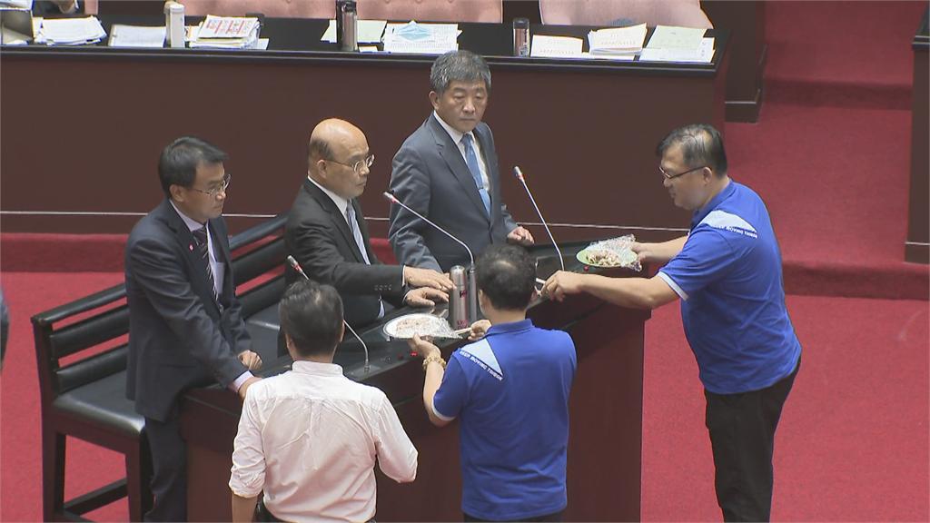 快新聞/藍委質詢逼吃「豬肉」要求分辨 蘇貞昌搬憲法「我是來答詢不是來吃東西」