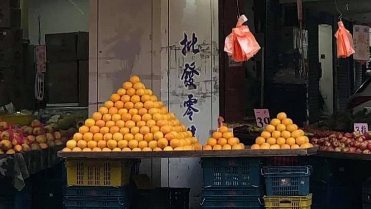 逛水果行驚見3座「椪柑金字塔」!內行人曝老闆背後目的