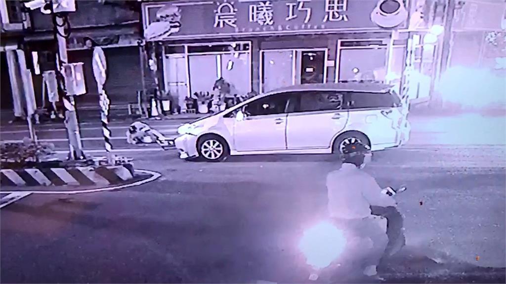 小客車疑貪快闖紅燈 機車騎士當場被撞飛