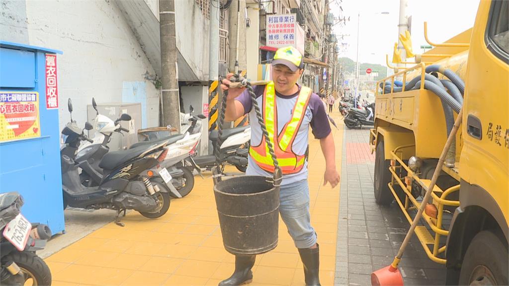 忍受惡臭、異樣眼光「挑水肥18年」陳振文獲模範清潔隊員肯定