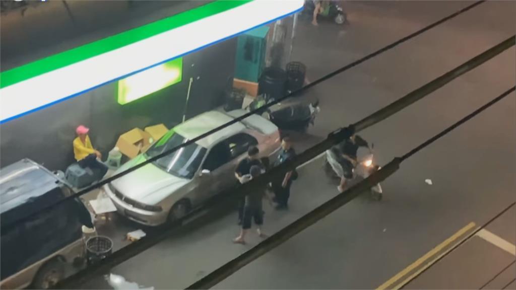 賣椰子水被車擋住竟拿球棒砸車窗?男子:是因為喝醉啦!