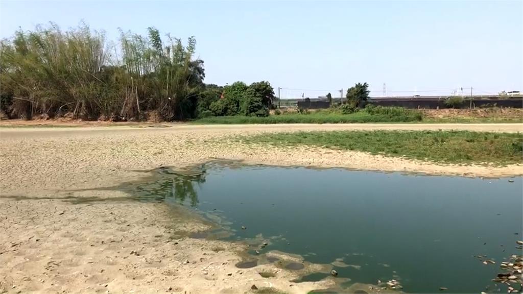 太久沒下雨...   台南六甲龍湖巖湖泊變草原