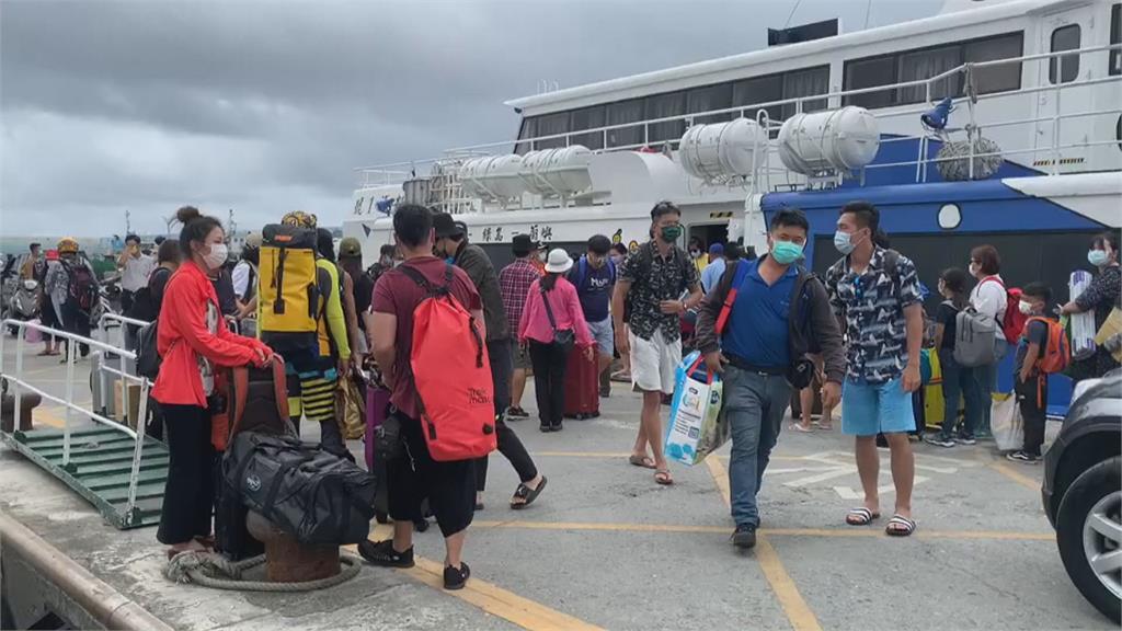 縣長饒慶玲喊話「不要來台東」!週四加開船班把綠島遊客送回本島