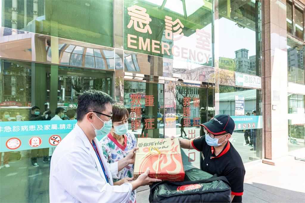 <em>必勝客</em>挺年節幕後英雄!饋贈醫護、消防、司機大比薩