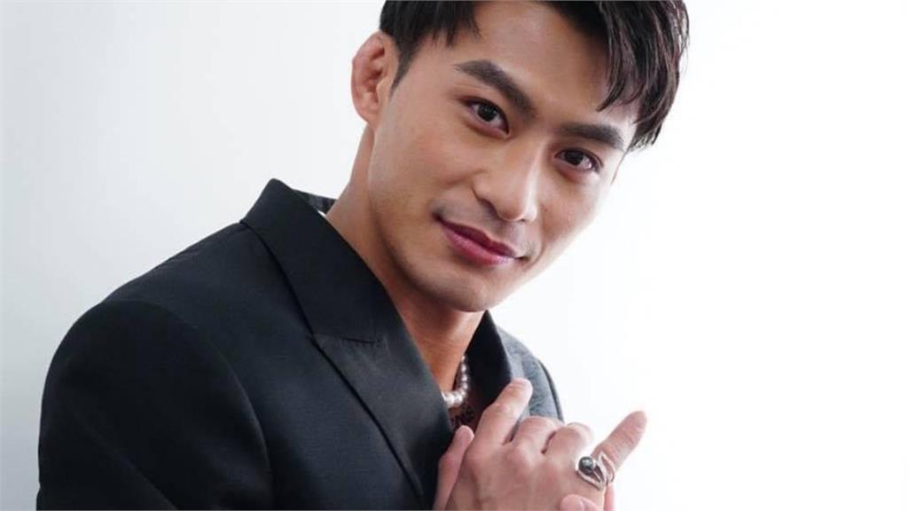 楊勇緯金曲帥照4連發 迷人微笑「肌肉炸西裝」網瘋喊:要出道嗎?
