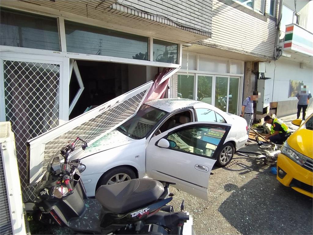 快新聞/台南轎車上班時間衝撞民宅 鋁門窗全毀計程車也遭殃